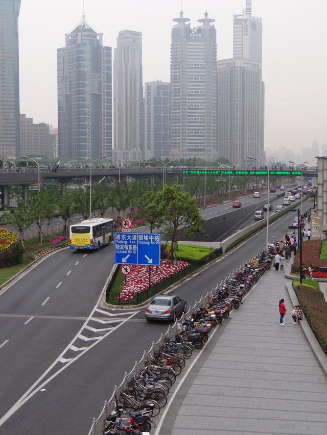 Даже в деловом центре Шанхая - Пудуне есть вместительные стоянки для велосипедов